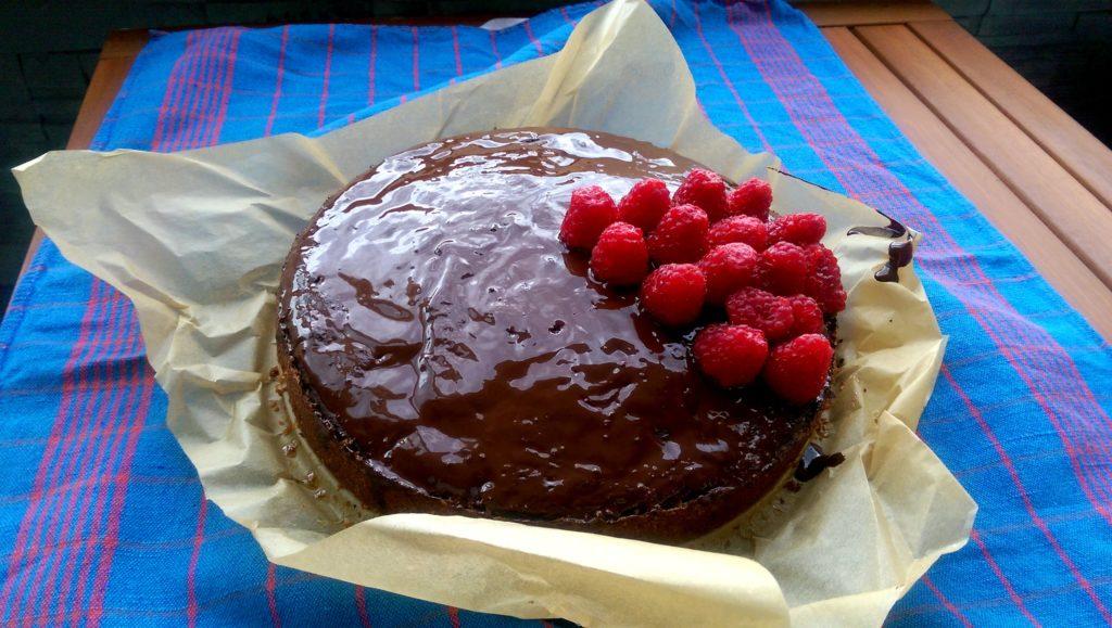 Hotový koláčik s čokoládovou polevou